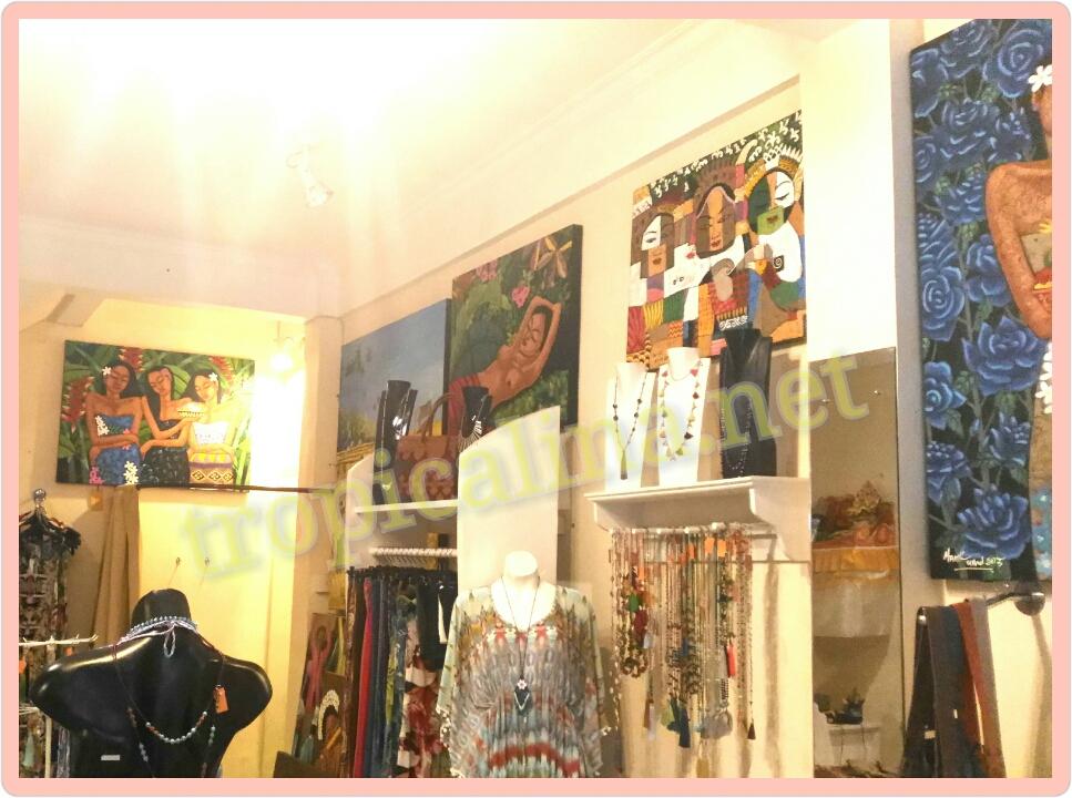 バリ絵画 Manik氏の絵が飾られた店内