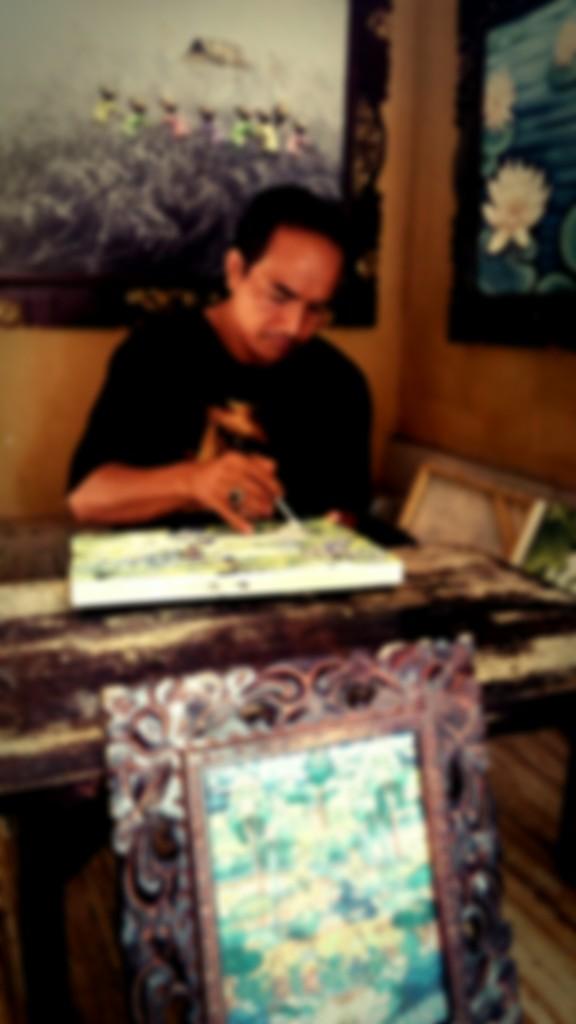 ウブドのアートギャラリーにいる画家さん