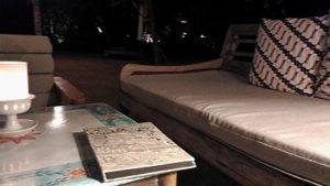 バリ島サヌールのオンザビーチホテル タンジュンサリのテーブルと心地よいソファーでまったり