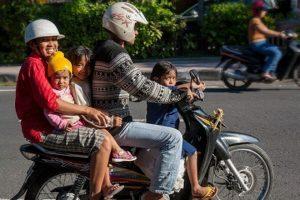 バリ島バイクに家族全員?