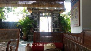 バリ島サヌール タンジュンサリホテルのプール前ソファーにてまったり